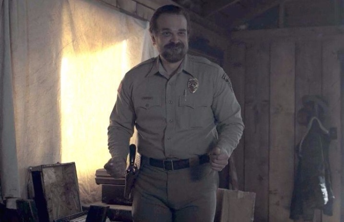 David Harbour di Stranger Things ha posato con una fan per la foto di scuola